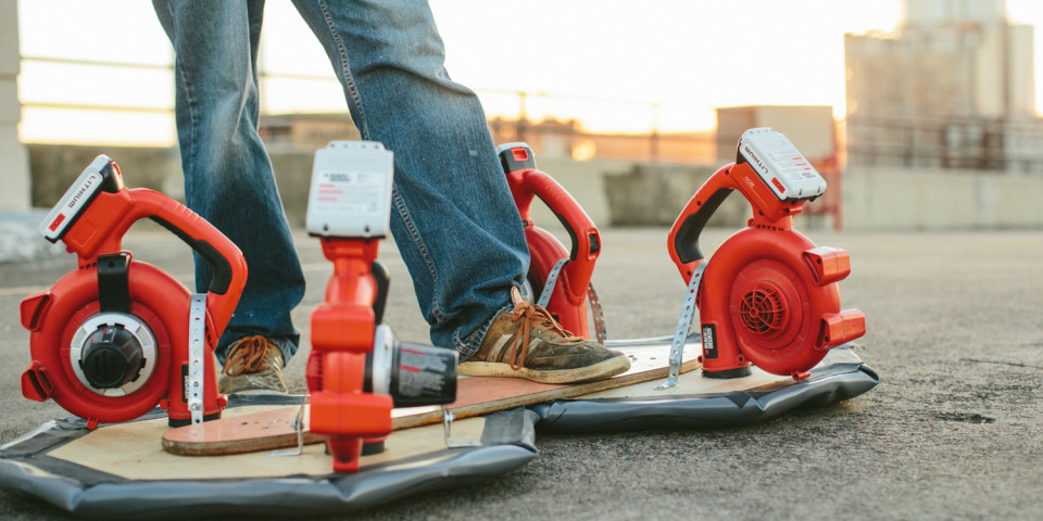 Esta es Mr Hoverboard la versión casera de la patineta de Back To The Future